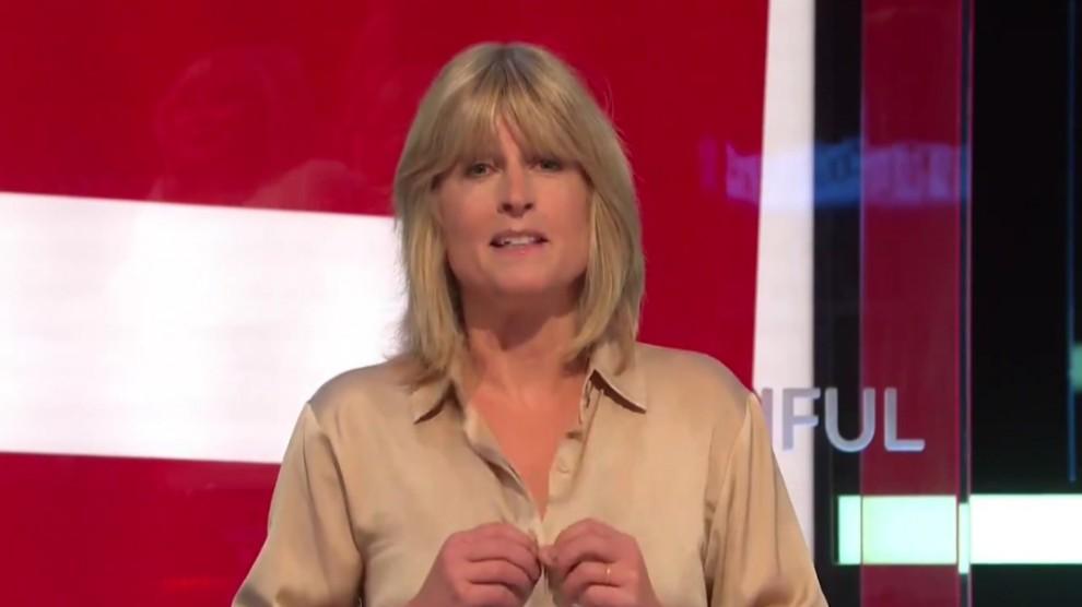 Giornalista 'no Brexit' si spoglia in tv