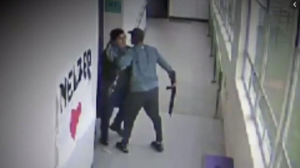 L'abbraccio del professore che disarma lo studente