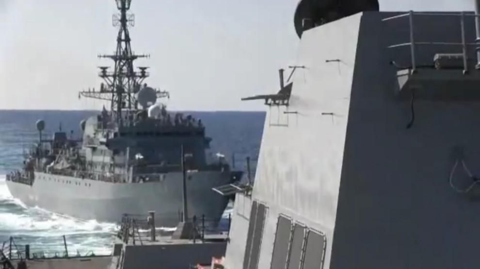 Nave russa aggressiva con cacciatorpediniere Usa
