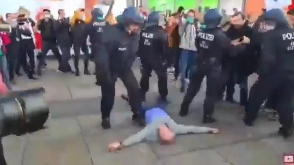 Ancora proteste a Berlino contro le misure anti-virus: diversi fermi e feriti