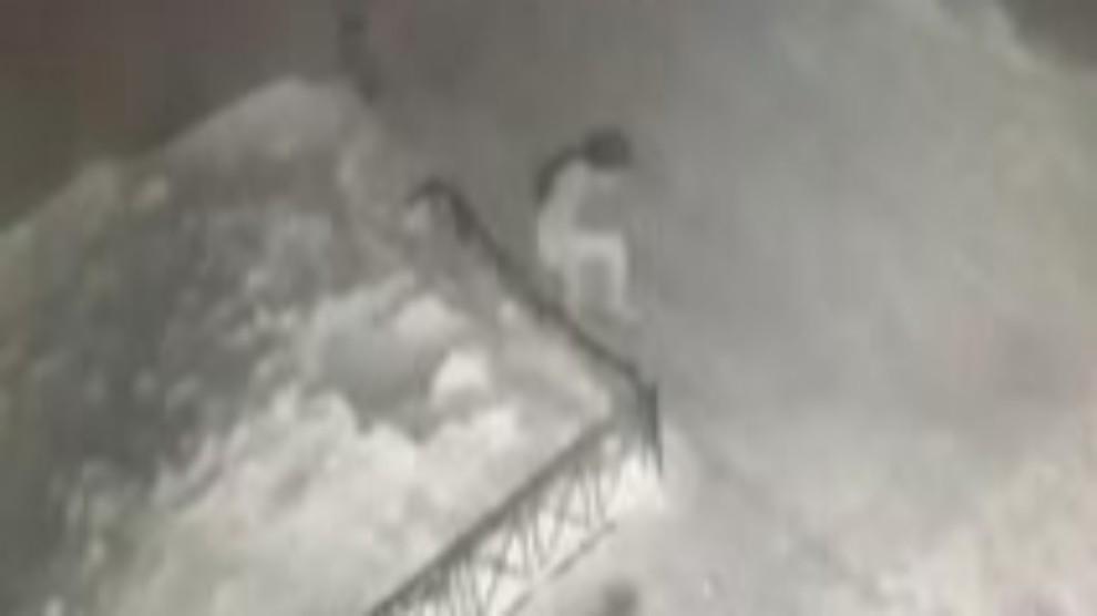Russia, bimba cade dal 4° piano ma si salva miracolosamente: il VIDEO