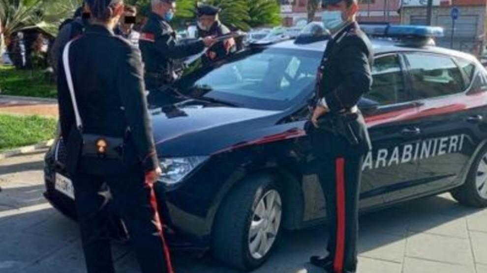 Sequestrano smartphone al pusher: clienti ordinano droga ai carabinieri