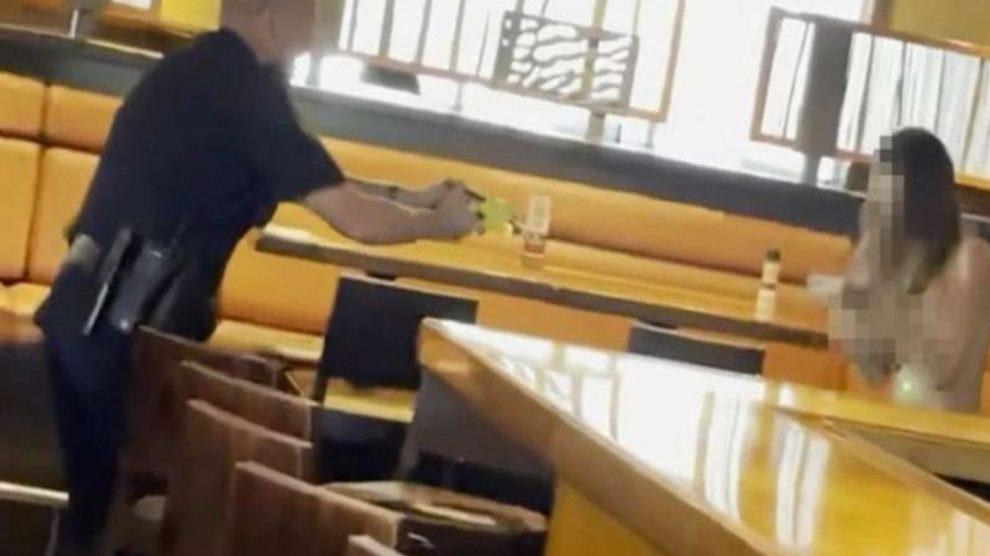 """Donna nuda distrugge un ristorante: """"Proprietario poco onesto"""" – VIDEO"""