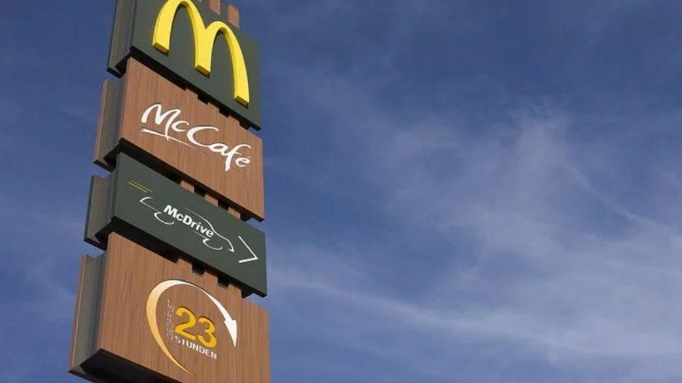 Non trova la salsa nel suo menu e minaccia di far saltare in aria McDonald's: 42enne arrestato