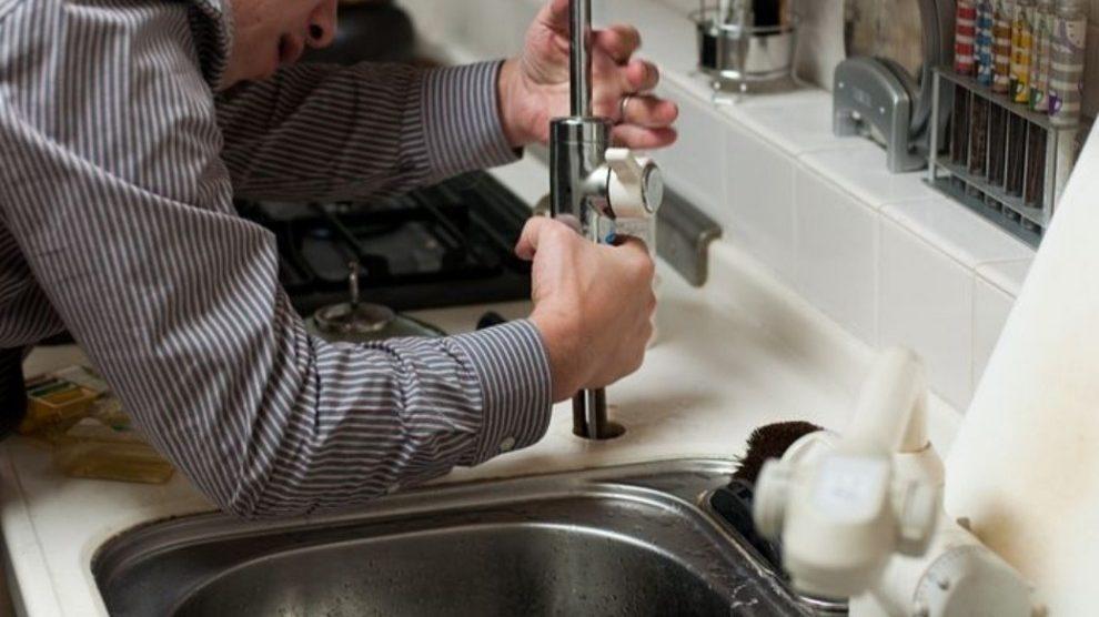 Modena, paga quasi mille euro all'idraulico per un lavoretto di 25 minuti: la denuncia