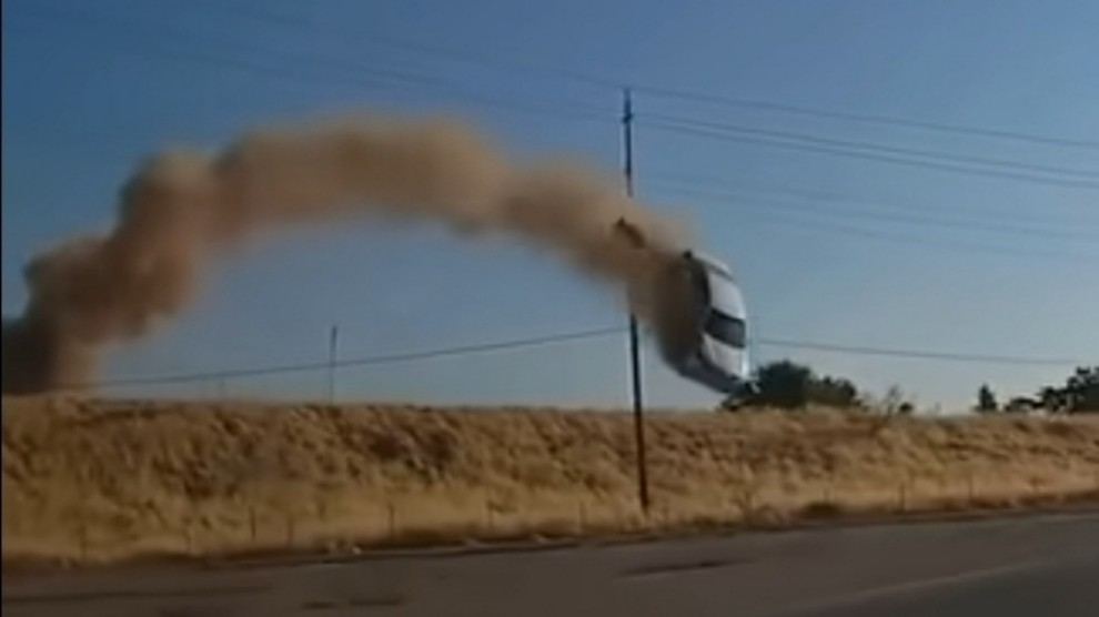 Auto vola dalla collina e si schianta sulla strada: camion sfiorato – VIDEO