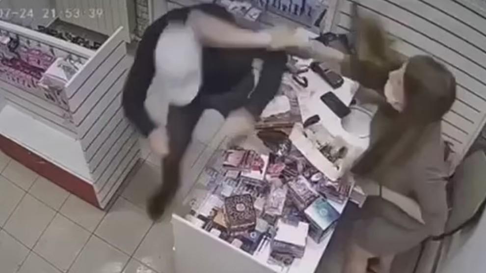 Rapina al sexy shop: commessa picchia e mette in fuga il ladro con un vibratore