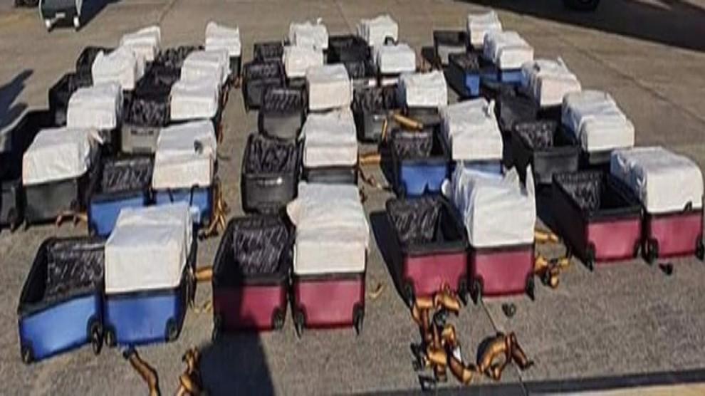 In aeroporto con 24 valigie: trasportava 1 tonnellata di cocaina