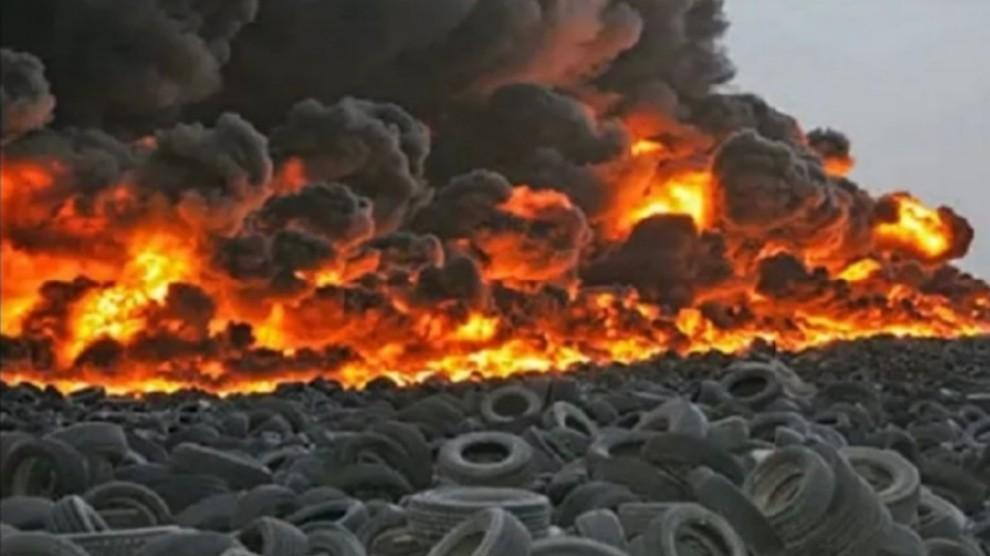 Incendio al cimitero di pneumatici più grande del mondo: la nube di fumo è impressionante – VIDEO