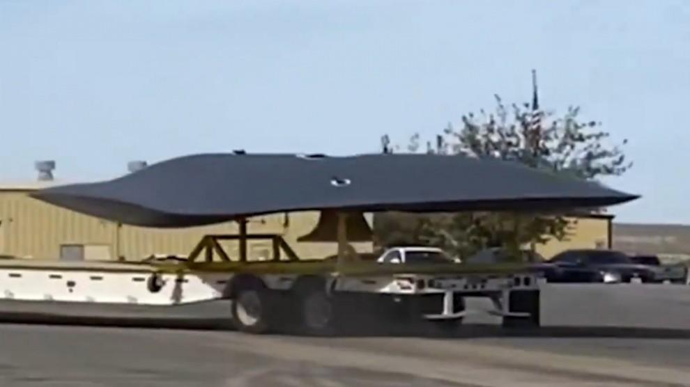 Gli Usa hanno un disco volante: misterioso velivolo ripreso in una base segreta – VIDEO
